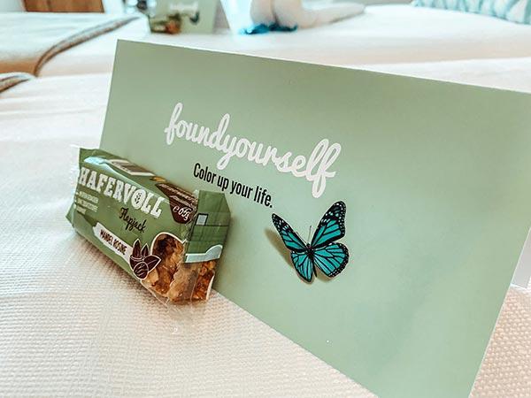 FOUNDYOURSELF Grußkarte auf dem Hotelzimmer