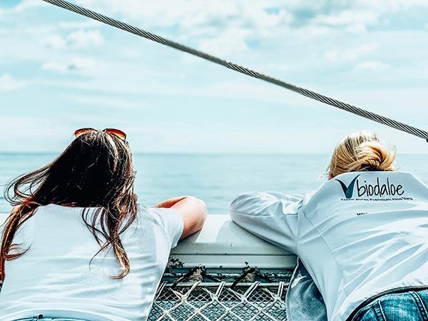 Nicole und Ruth auf dem Katamaran