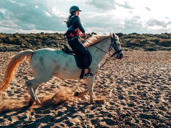 Augustina zu Pferd am Strand von Mallorca