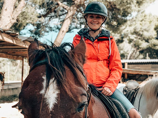 Ruth zu Pferd