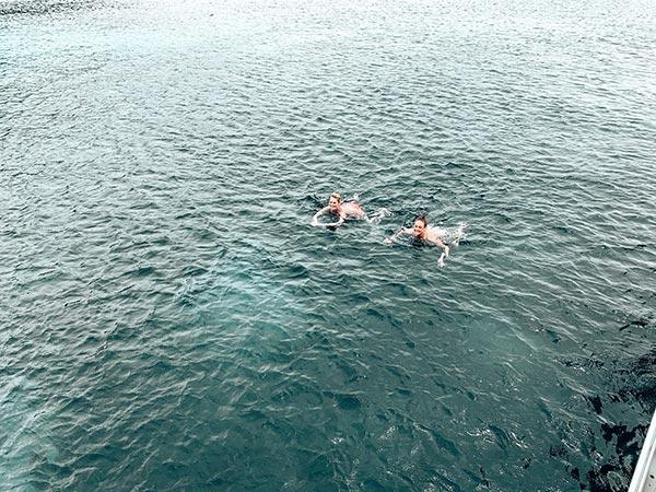 Schwimmen auf der Katamarantour auf Mallorca